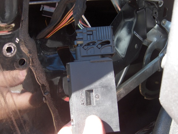 Removing cable from BMW door actuator